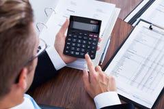 Biznesmen Używa kalkulatora Obrazy Stock