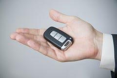 Biznesmen używa samochodu klucz Zdjęcia Stock