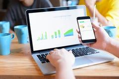 Biznesmen używa smartphone i laptop Zdjęcia Royalty Free