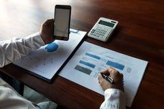 Biznesmen u?ywa smartphone sytuacja na warto?ci rynkowej, Biznesowy poj?cie zdjęcie stock