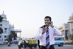 Biznesmen Używa telefon komórkowego Na miasto ulicie Obrazy Royalty Free