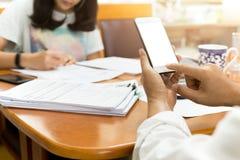 Biznesmen używa telefon komórkowego pracuje z partnerem w finansowym podatku Fotografia Stock