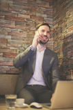 Biznesmen używa telefon w biurze Obrazy Stock