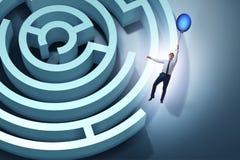Biznesmen ucieka od labiryntu na balonie Zdjęcia Stock