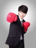 Biznesmen uderza pięścią i uderza z bokserskimi rękawiczkami Fotografia Stock