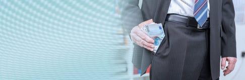 Biznesmen usuwa banknoty od jego kiesze? sztandar panoramiczny fotografia royalty free