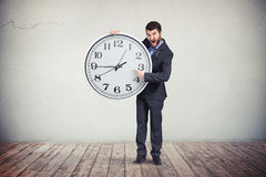 Biznesmen uwydatnia na czasie na dużym zegarze Zdjęcia Royalty Free
