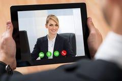 Biznesmen Videochatting Na Cyfrowej pastylce Zdjęcie Royalty Free