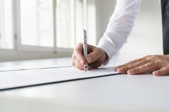 Biznesmen w białym koszulowym podpisywanie kontrakcie zdjęcie stock