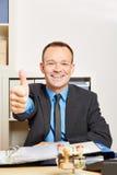 Biznesmen w biurowych mienie aprobatach obrazy stock