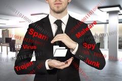 Biznesmen w biurowym chronienie kartoteki falcówki spama malware Obraz Royalty Free