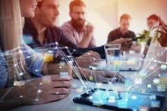 Biznesmen w biurze łączącym na internet sieci Pojęcie partnerstwo i praca zespołowa Zdjęcie Stock