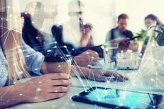 Biznesmen w biurze łączącym na internet sieci Pojęcie partnerstwo i praca zespołowa Fotografia Stock