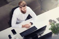 Biznesmen w biurze łączącym na internet sieci Pojęcie początkowa firma obraz royalty free