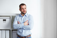 Biznesmen w biurze z krzyżować rękami fotografia royalty free
