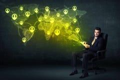 Biznesmen w biurze z pastylki i socjalny sieci światową mapą Zdjęcia Royalty Free