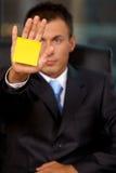 Biznesmen w biurze z pustą adhezyjną notatką wtykającą jego ręka Obrazy Royalty Free