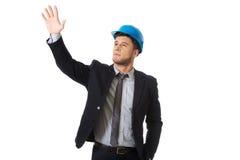 Biznesmen w ciężkim kapeluszu pokazuje copyspace Fotografia Royalty Free