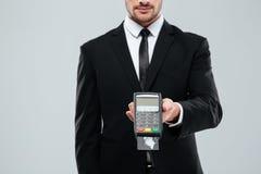 Biznesmen w czarnym kostiumu mienia banka terminal z kredytową kartą Obrazy Royalty Free