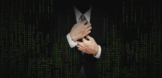Biznesmen w czarnym kostiumu z abstrakt zieleni komputerowego kodu grafiki tłem biznesowa bankowość, internet ochrony zbawczy poj obrazy stock