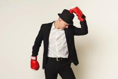 Biznesmen w czerwonym bokserskiej rękawiczki ponczu cel Zdjęcia Royalty Free