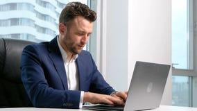 Biznesmen w formalnej odzieży używać laptop w biurze zdjęcie wideo