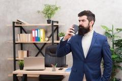 Biznesmen w formalnej stroju napoju kawie pewien m??czyzna Szef miejsce pracy przesta? t?a rogalik fili?anki kawy sweet Brodaty m zdjęcie stock