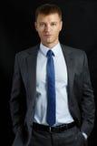 Biznesmen w kostiumu i krawata pozyci Zdjęcia Royalty Free
