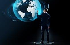 Biznesmen w kostiumu macania ziemi kuli ziemskiej hologramie Obrazy Stock