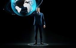 Biznesmen w kostiumu macania ziemi kuli ziemskiej hologramie Zdjęcie Stock