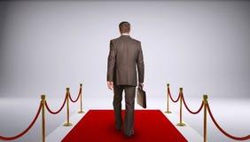 Biznesmen w kostiumu mienia teczce i iść obrazy royalty free