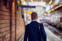 Biznesmen w kostiumu odprowadzeniu przy staition, tylny widok obraz stock