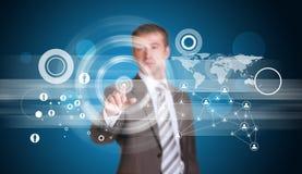 Biznesmen w kostiumu palcu naciska wirtualnego guzika Zdjęcie Stock