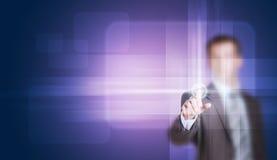 Biznesmen w kostiumu palcu naciska wirtualnego guzika Obrazy Stock