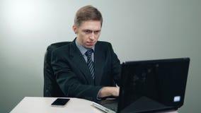 Biznesmen w kostiumu pracuje na laptopie zdjęcie wideo