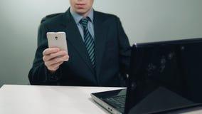 Biznesmen w kostiumu używać telefon i laptop zbiory wideo