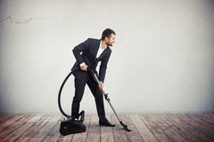 Biznesmen w kostiumu z próżniowym cleaner Zdjęcia Royalty Free