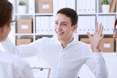 Biznesmen w koszulowej oferta kontrakta formie Zdjęcie Stock