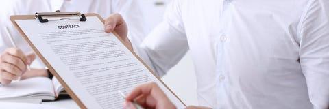 Biznesmen w koszulowej oferta kontrakta formie Obrazy Royalty Free