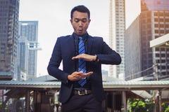 Biznesmen w krawacie z szeroko rozpościerać ręką i kostiumu Obrazy Stock