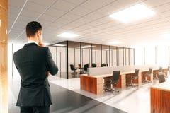 Biznesmen w lekkim otwartej przestrzeni biurze obraz stock