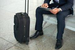Biznesmen w Lotniskowym czekanie holu zdjęcie royalty free