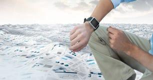 Biznesmen w morzu dokumenty pod niebem chmurnieje z zegarkiem Obrazy Royalty Free
