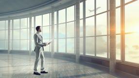 Biznesmen w nowożytnym wnętrzu Mieszani środki Zdjęcie Royalty Free