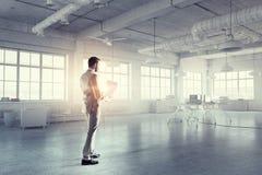 Biznesmen w nowożytnym wnętrzu Mieszani środki Fotografia Stock