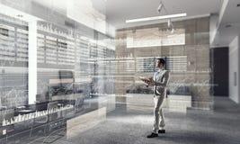 Biznesmen w nowożytnym wnętrzu Mieszani środki Zdjęcie Stock