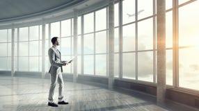 Biznesmen w nowożytnym wnętrzu Mieszani środki Fotografia Royalty Free