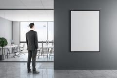 Biznesmen w nowożytnym biurze z plakatem obrazy royalty free