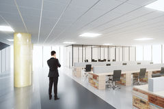 Biznesmen w otwartej przestrzeni nowożytnym biurze fotografia royalty free