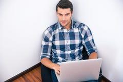 Biznesmen w przypadkowym sukiennym obsiadaniu na torby krześle w biurze Zdjęcia Stock